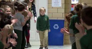 Momentul emoţionant când un copil revine la şcoală după 3 ani de luptă cu cancerul, în ovaţiile colegilor